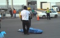 Conductora choca su auto con una moto y muere una persona