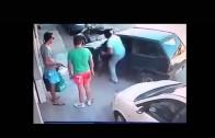 Imbottigliato sposta l'auto con una forza sovraumana