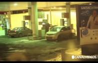 Mujer lava su auto con… ¿Gasolina?