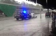 POLICIA saca de la  inundación un auto con su chofer a bordo